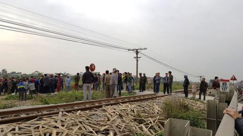 Băng qua đường sắt, hai người đi xe máy bị tàu hỏa tông tử vong