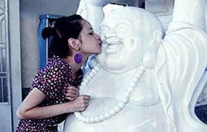 Chi Pu xin lỗi sau loạt ảnh bên tượng Phật gây tranh cãi