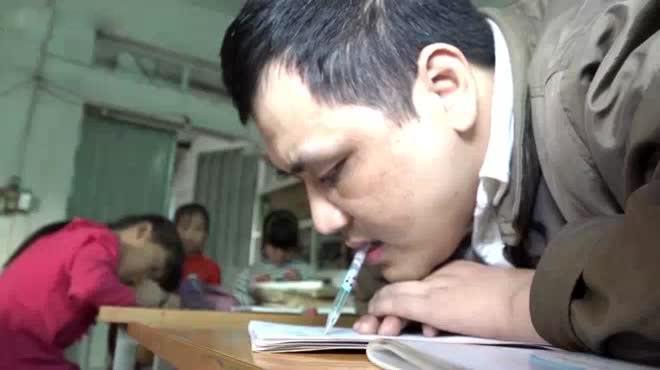 Chuyện về người thầy tật nguyền kỳ tài viết chữ bằng miệng