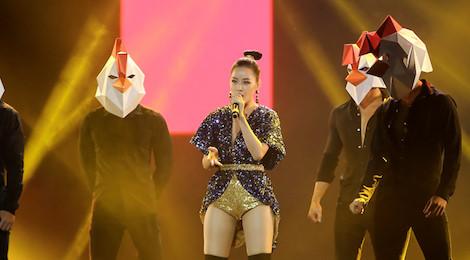 GOT7 cùng dàn sao Việt bùng cháy, Chi Pu đưa hình ảnh gà lên sân khấu