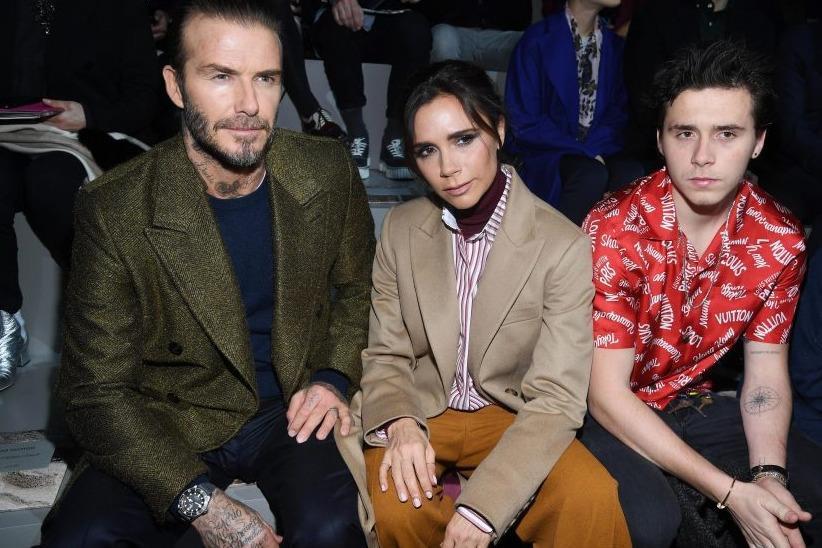 """Victoria Beckham """"đọ"""" vẻ nam tính với chồng và con trai"""