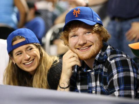 Ed Sheeran đính hôn với cô bạn giản dị quen từ năm 11 tuổi