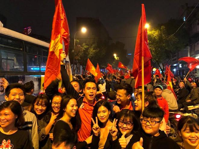 """Sao Việt """"bão"""" thâu đêm sau chiến thắng kỳ tích của U23 Việt Nam"""