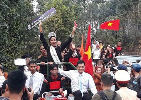Người dân Ê Đê lái xe máy cày đến đón Hoa hậu H'Hen Niê