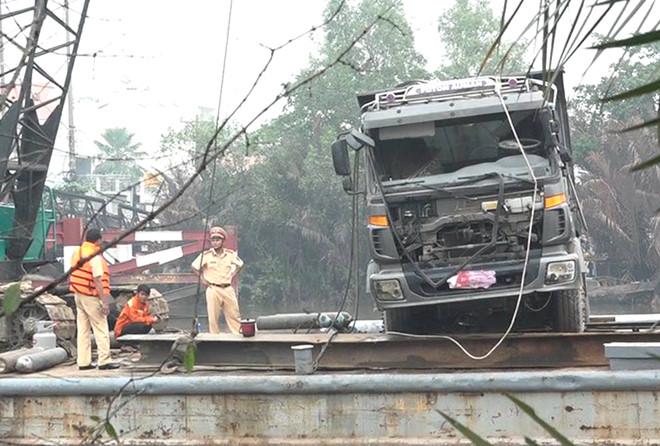 Trục vớt xe tải gây sập cầu Long Kiển ở Sài Gòn