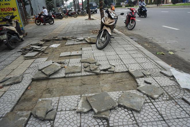 Vỉa hè Đà Nẵng bị hỏng, ban quản lý nói do dân dẫm lên gạch