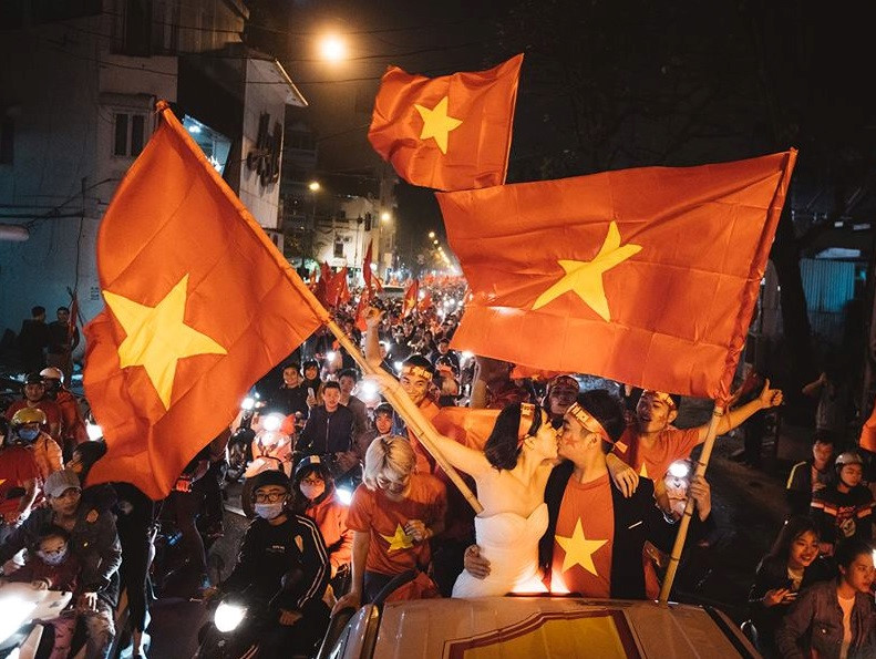 Đôi trẻ chụp ảnh cưới trong đêm mừng chiến thắng của U23 Việt Nam