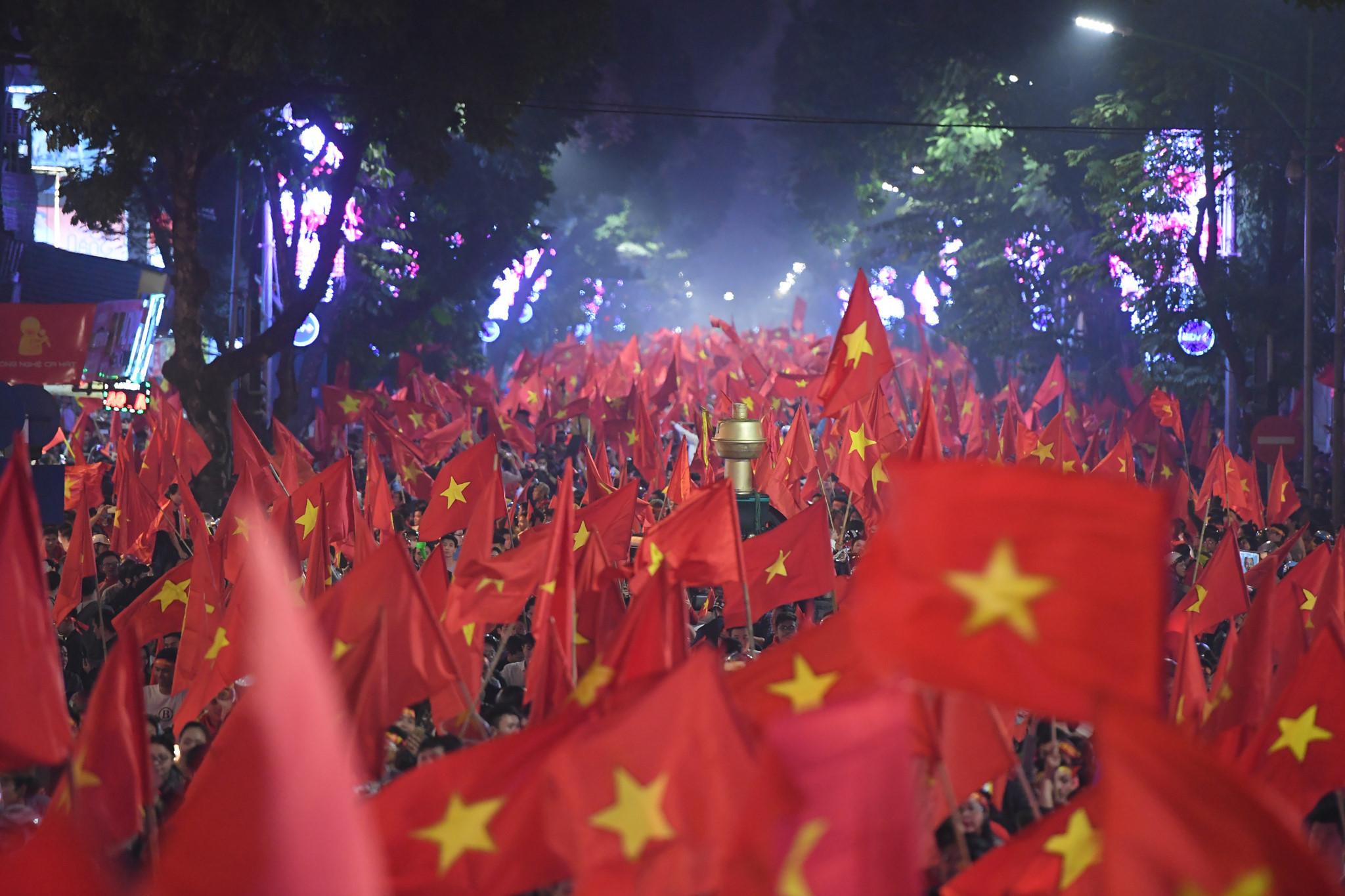 Hồ Gươm rực màu cờ đỏ sau chiến thắng của U23 Việt Nam