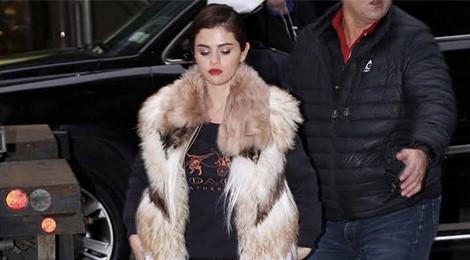 Đến lượt Selena Gomez bị chỉ trích vì diện áo khoác lông thú