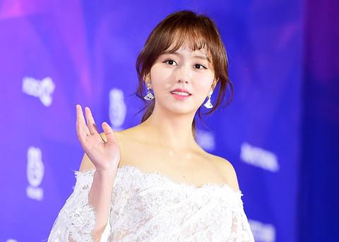 """""""Em gái quốc dân"""" Hàn Quốc nhạt nhòa trên thảm đỏ Seoul Music Awards"""
