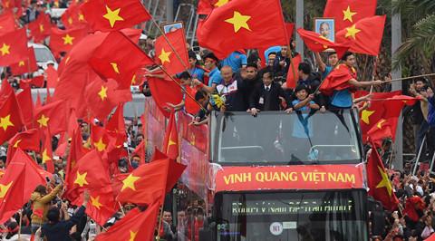 U23 Việt Nam mắc kẹt nhiều giờ ở cầu Nhật Tân giữa biển cờ đỏ sao vàng