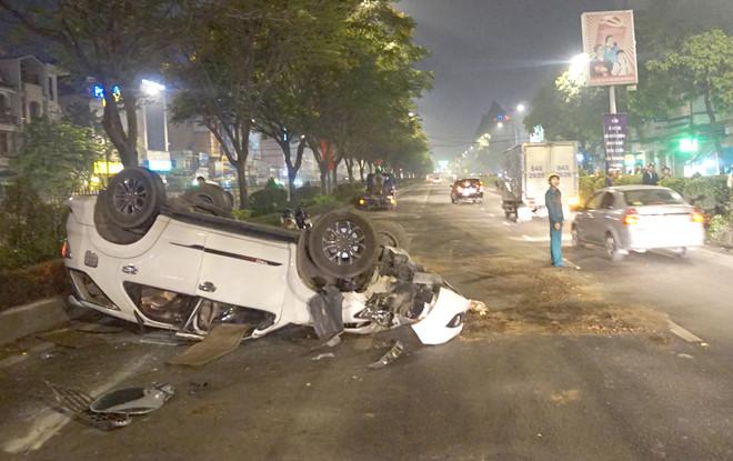 Bốn người nước ngoài thoát chết khi ô tô lật ngửa ở Sài Gòn