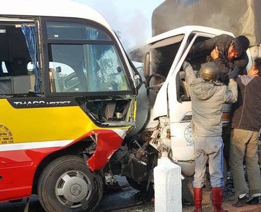 Xe tải đâm xe buýt khiến 2 người tử vong