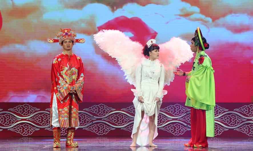 Táo Y tế đeo cánh thiên thần, Tự Long không ngừng livestream