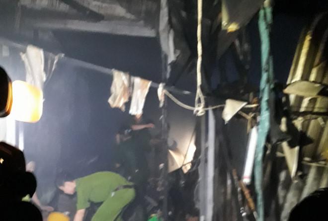 Hai vợ chồng chết cháy khi ngủ trong kiốt bán hàng Tết