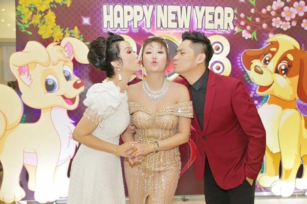 Minh Luân, Trịnh Kim Chi hôn tới tấp Phi Thanh Vân trong tiệc tri ân