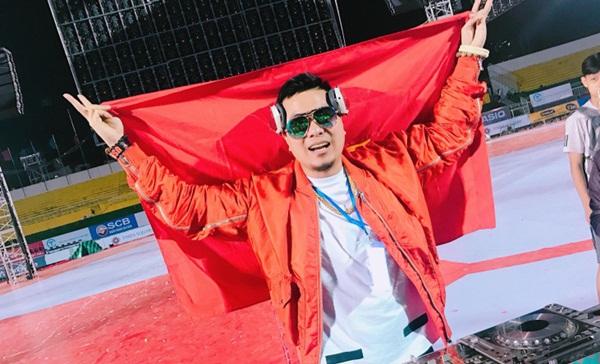 Wang Trần hô to tên vợ giữa sân vận động khi khán giả bủa vây