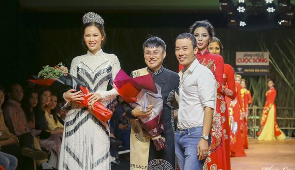 """Sàn catwalk ngập tràn """"Xuân Hạnh Phúc"""" của NTK Tommy Nguyễn"""