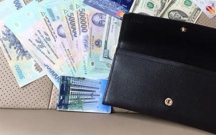 Tài xế taxi nhiệt tình trả lại ví chứa nhiều tiền cho khách bỏ quên
