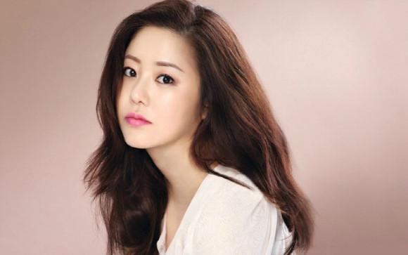 Á hậu Hàn Quốc lên tiếng việc xô xát với đạo diễn trên phim trường