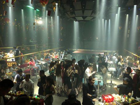 Cảnh sát ập vào 2 quán bar ở Sài Gòn, nhiều người tháo chạy