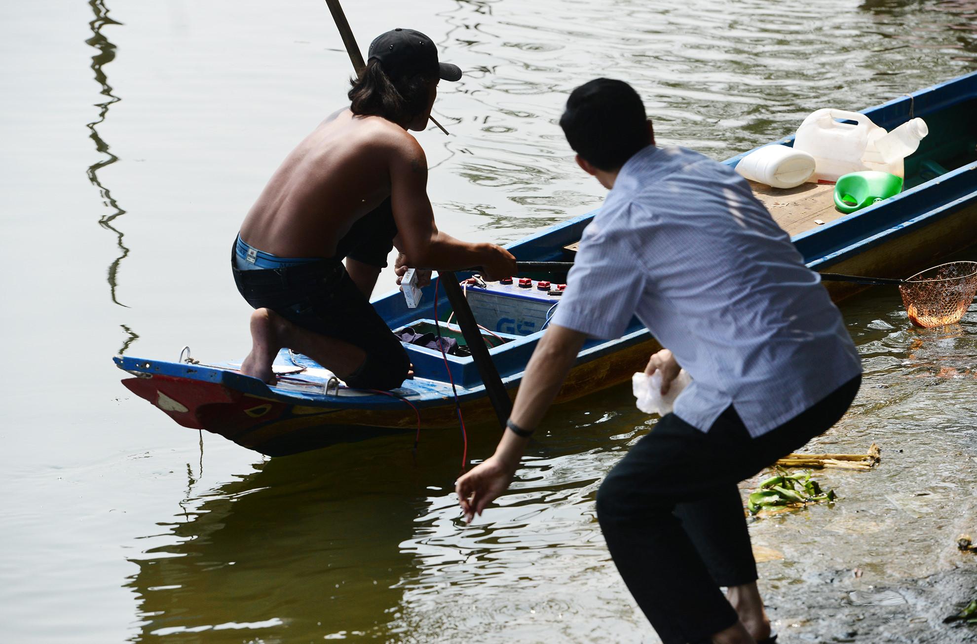 Chích điện cá phóng sinh mang tới cổng chùa bán quay vòng