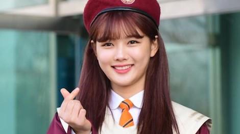 Loạt thần tượng Kpop khoe sắc trong ngày tốt nghiệp trung học
