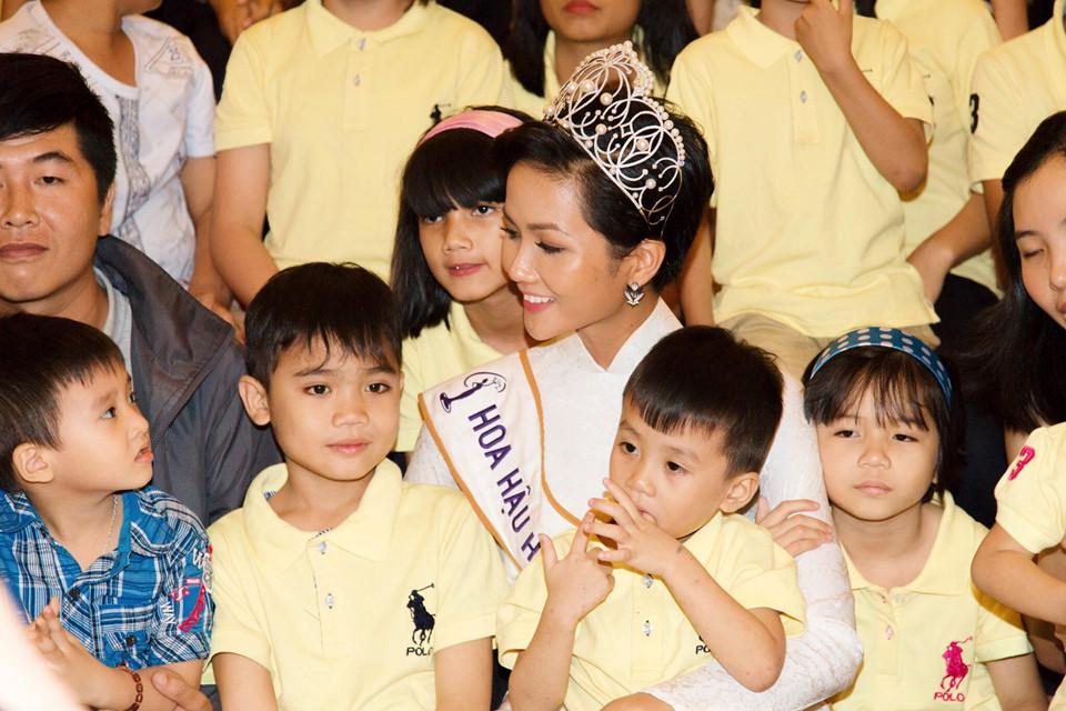 Tròn một tháng sau đăng quang, Hoa hậu H'Hen Niê làm được những gì?