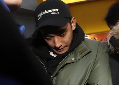 Bị bắt vì chơi ma túy, chồng Baek Ji Young cúi đầu khi nghe tên vợ
