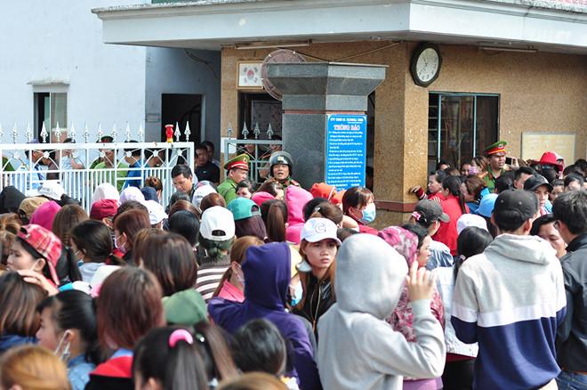 Công nhân bị nợ lương đứng kín cổng công ty chờ nhận tiền hỗ trợ Tết