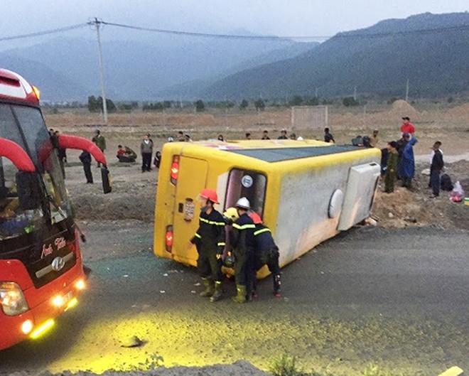 Lật xe khách khiến 2 người chết, 11 nạn nhân bị thương