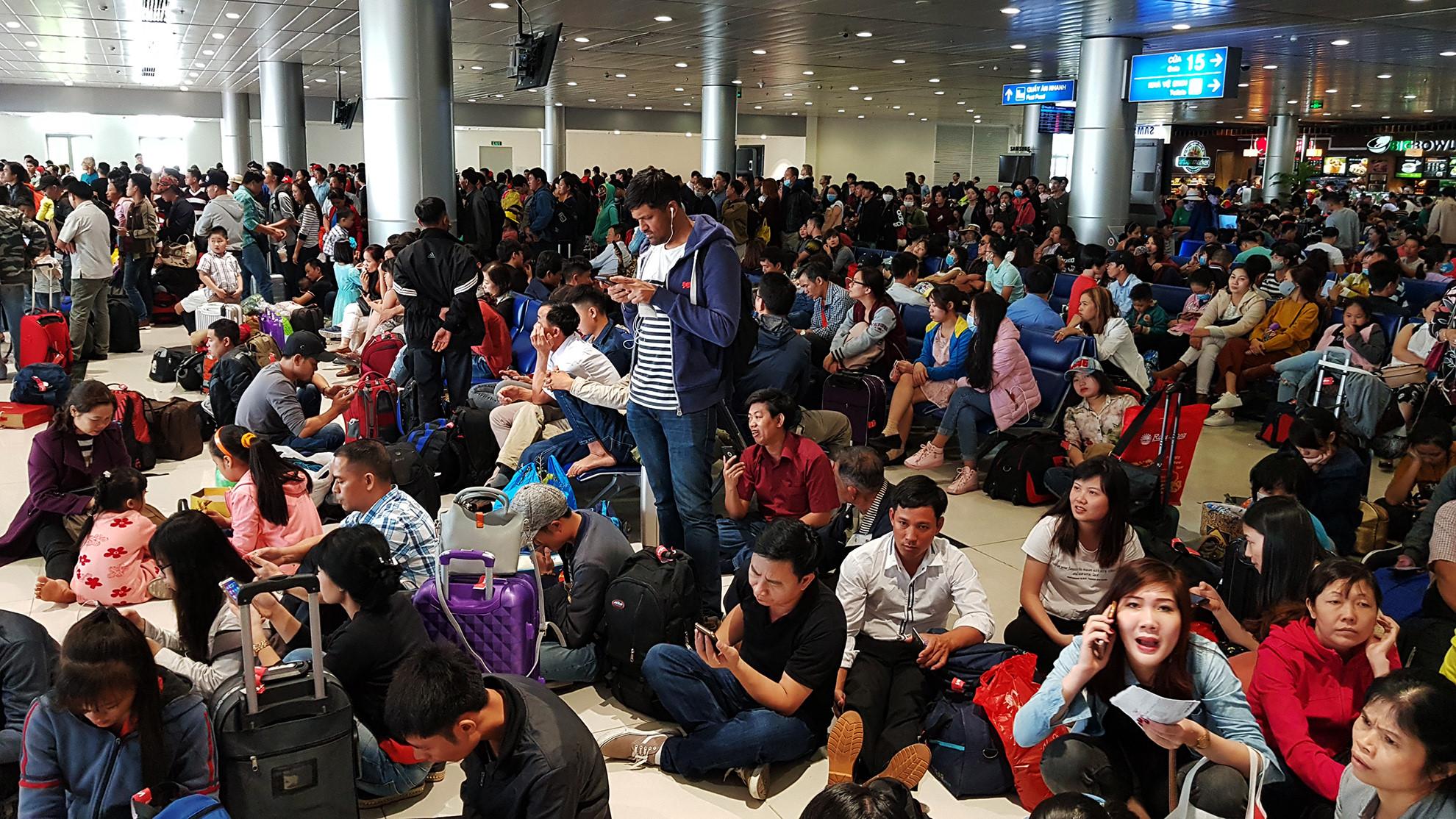 Cảnh đông đúc ở sân bay Tân Sơn Nhất ngày cuối năm