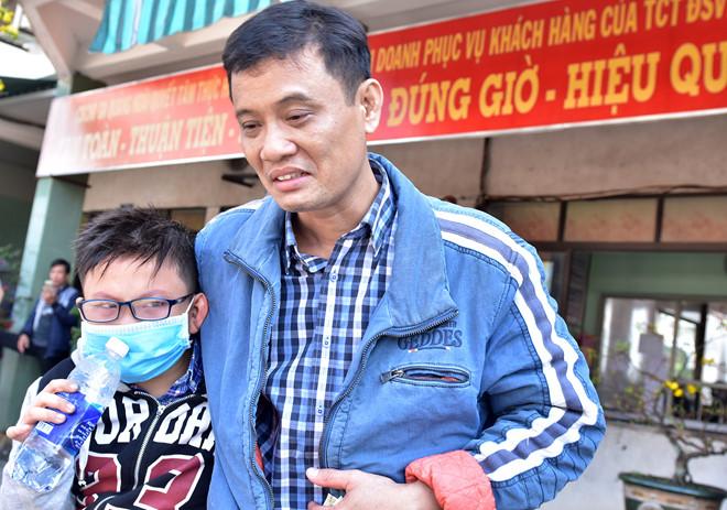 Cha bật khóc tìm con trai lạc ở sân ga sáng 30 Tết