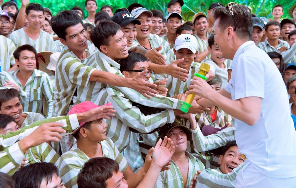 Đàm Vĩnh Hưng, Trường Giang biểu diễn ở trại giam ngày cận Tết