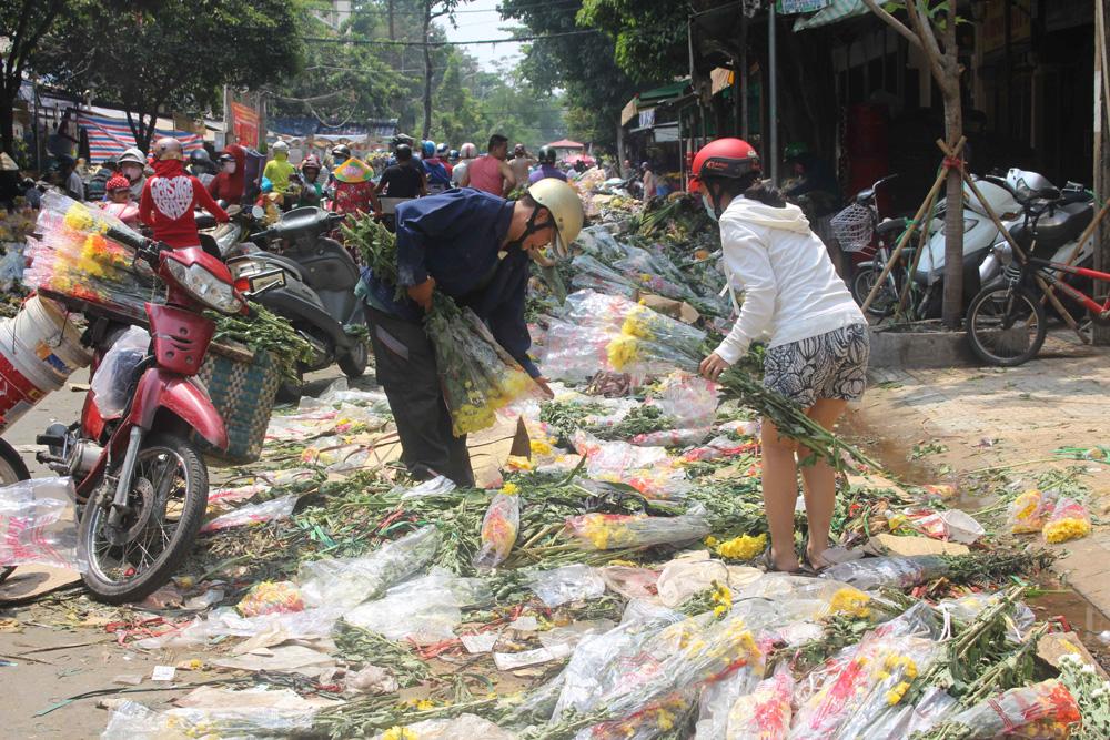 Không có người mua, hàng nghìn bó hoa bị vứt đầy đường ở Sài Gòn