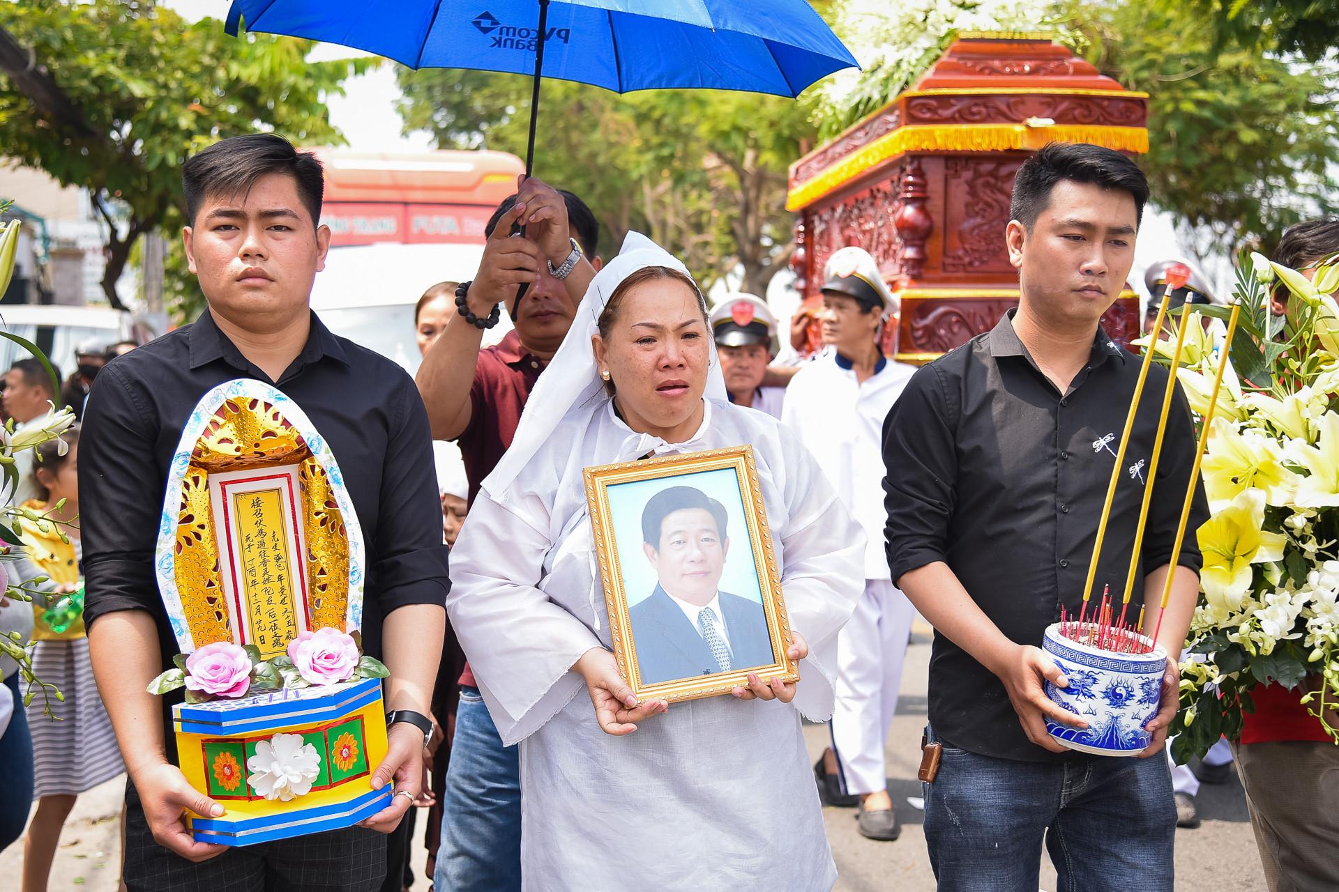 Nghệ sĩ Sài Gòn nghẹn ngào trong lễ tang Nguyễn Hậu ngày cuối năm