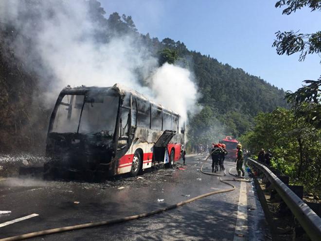 Ô tô chở khách nước ngoài cháy rụi trên đèo Hải Vân ngày 30 Tết