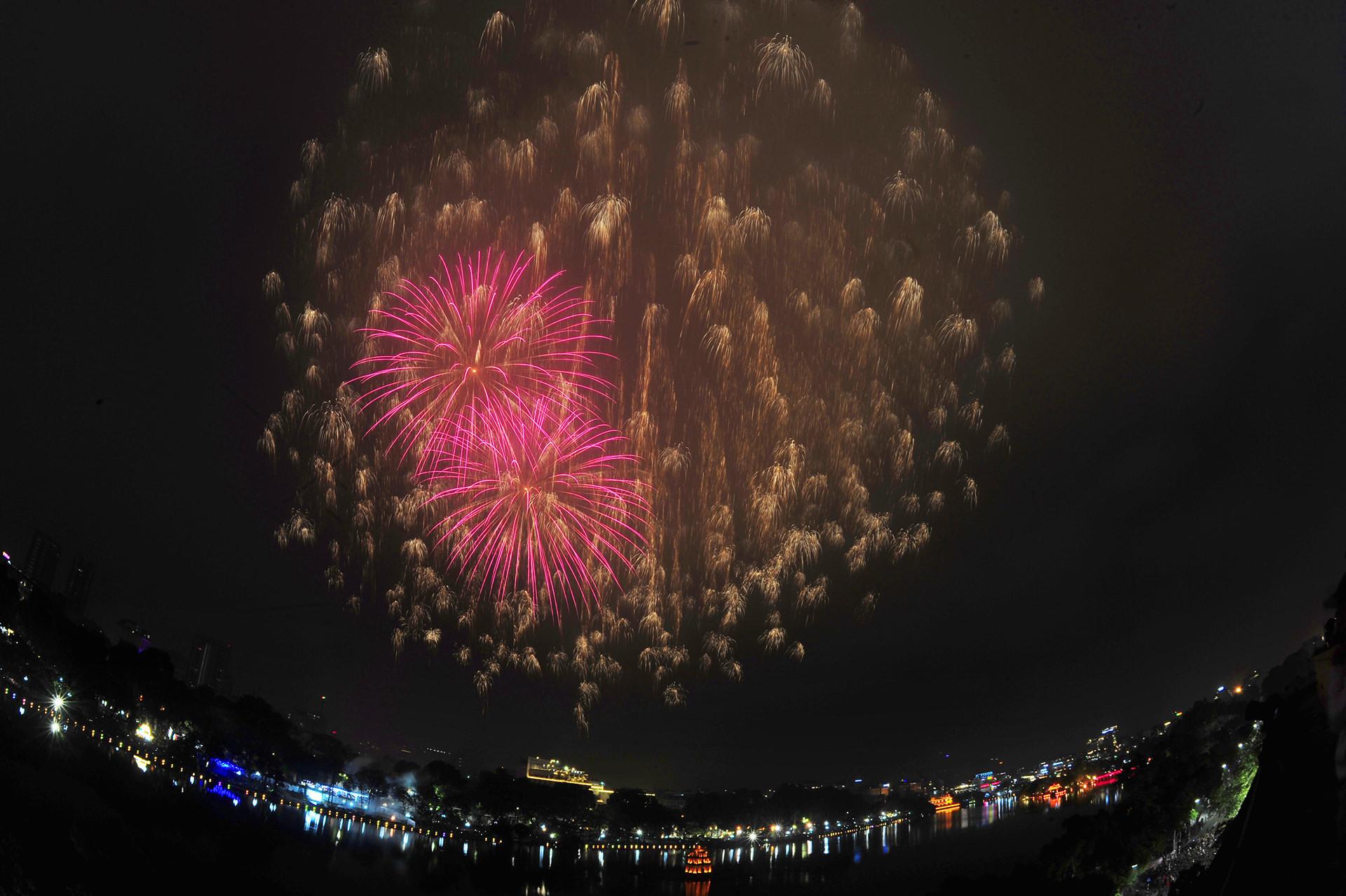 15 phút pháo hoa chào năm mới tại Hà Nội, Sài Gòn