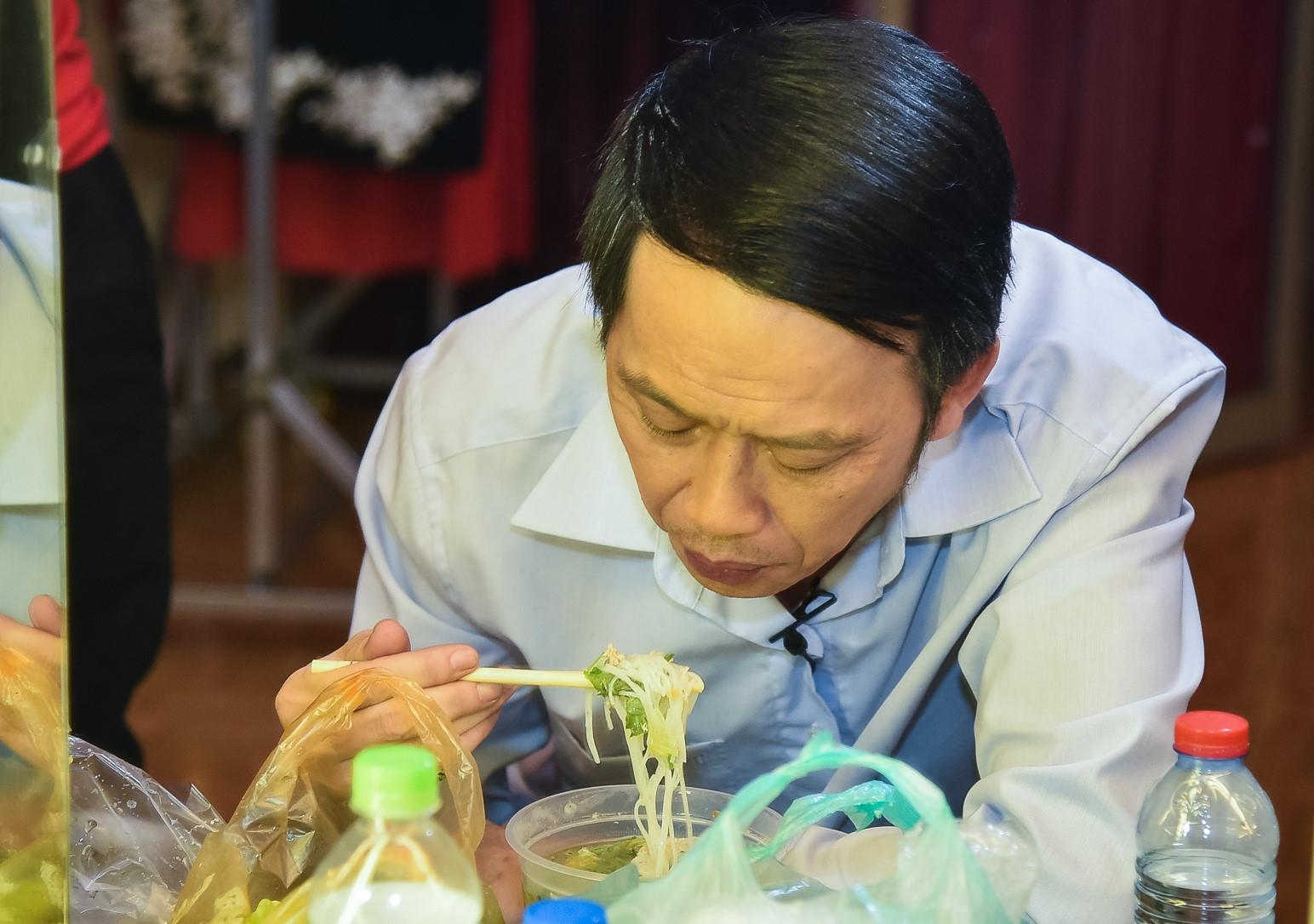 Hoài Linh lại ăn vội trong hậu trường sân khấu kịch chiều mùng Một Tết