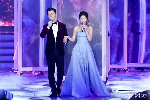 Lâm Tâm Như bị la ó khi hát cùng Huỳnh Hiểu Minh chào xuân Mậu Tuất