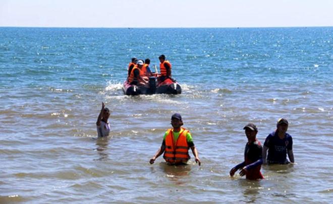 Lao xuống biển cứu hai anh em, nam thanh niên mất tích