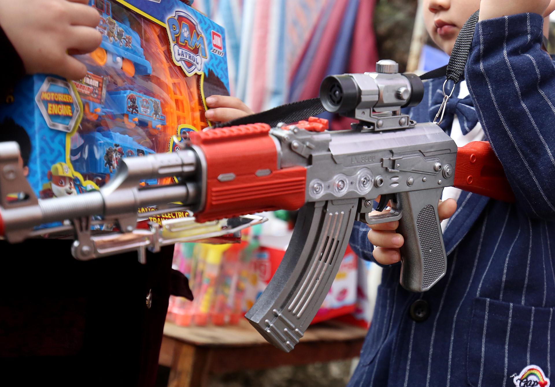 Bày bán công khai, trẻ chơi súng đạn nhựa ngập lễ hội