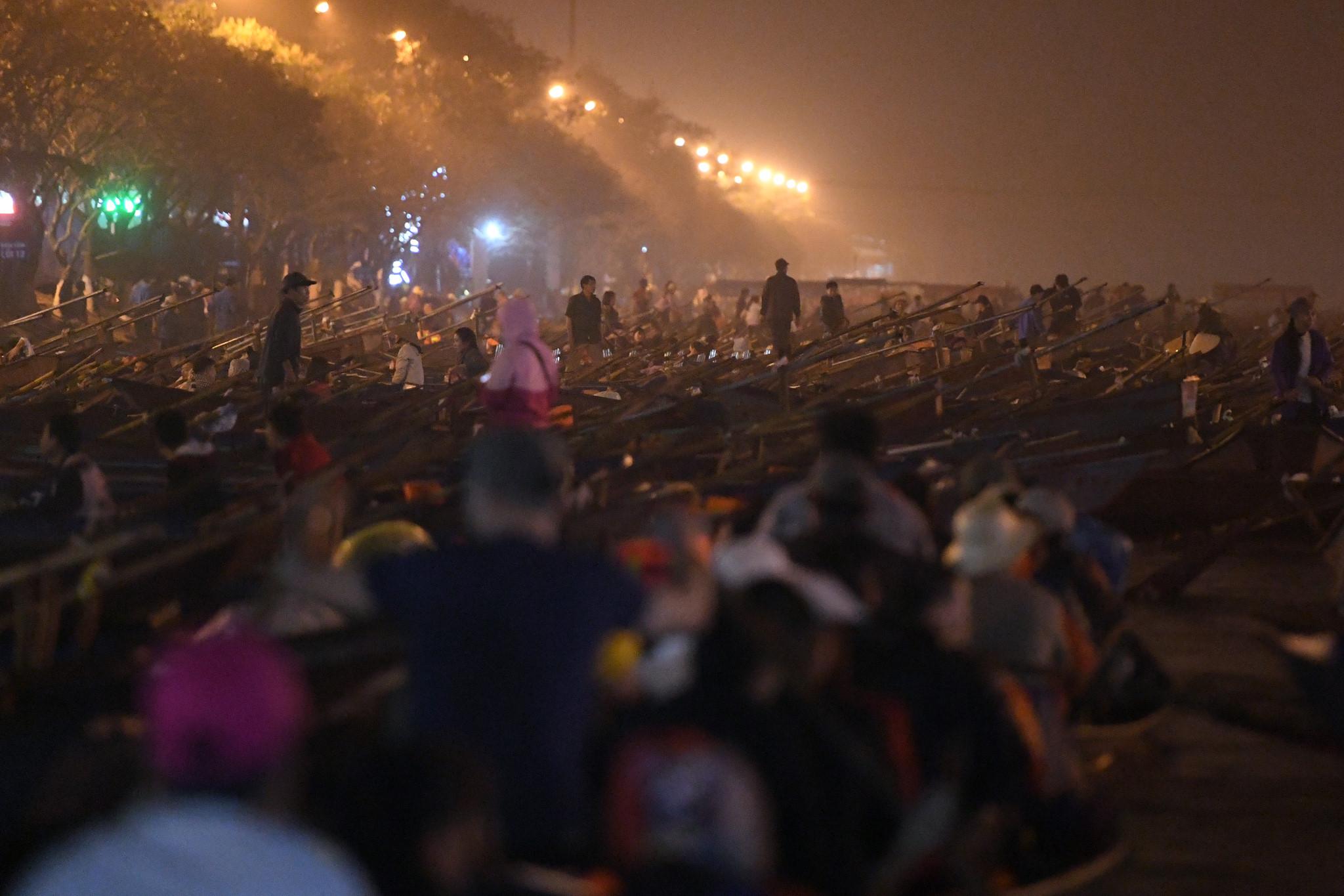 Hàng nghìn người trẩy hội chùa Hương trong đêm