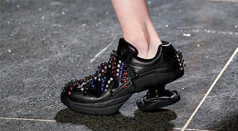 Mẫu giày xoắn ốc gây sốt tại tuần lễ thời trang 2018