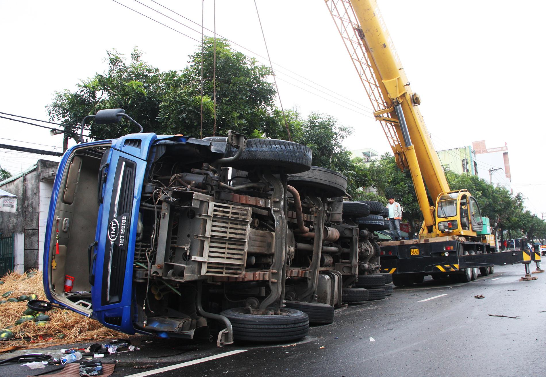 Ô tô tải chở hơn 20 tấn dưa lật xuống đường, không mất một quả