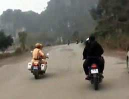 Nhóm thanh niên chạy xe máy đánh võng thách thức cảnh sát giao thông