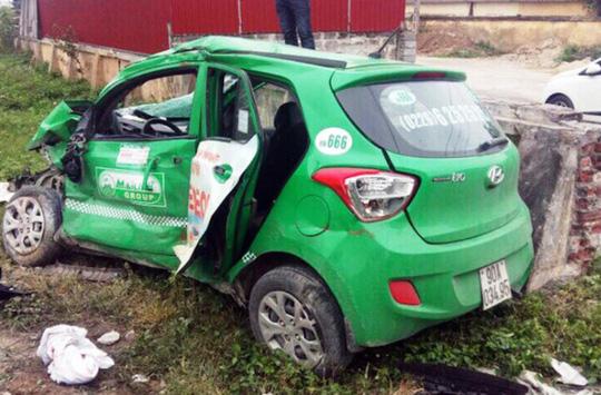 Tàu lửa tông taxi biến dạng, tài xế thiệt mạng
