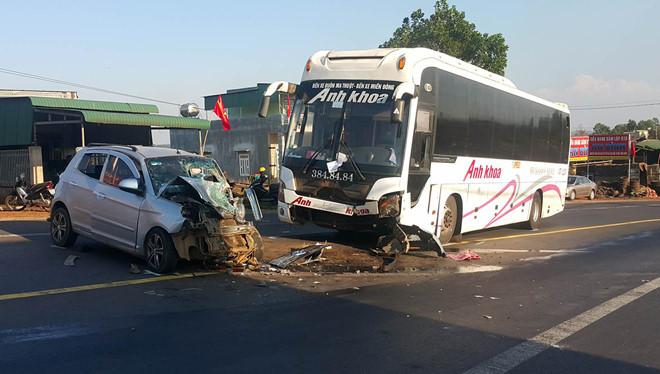 Ô tô con đối đầu xe khách, 3 người bị thương