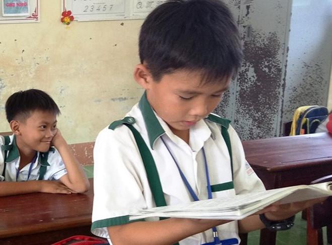 """Nam sinh lớp 3 trả 44 triệu nhặt được: """"Ông bà dạy không tham của rơi"""""""