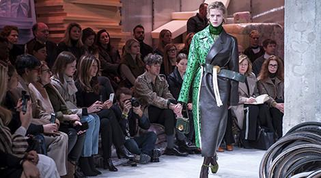 Sàn diễn thời trang như kho phế liệu gây chú ý